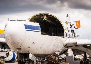 BILD zu OTS - Jan Pannenbäcker, CEO von Schrott24, auf einer der beiden von Schrott24 verwerteten Airbus A310.